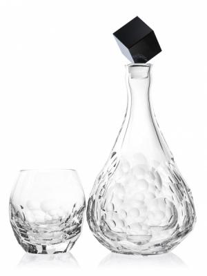 Nápojový soubor Cubice, karafa, čirý a šedý křišťál, objem 1 l, design Daniel Kinský, Moser, cena 23 900 Kč, sklenka Cubice, 10,5 cm, objem 0,35 l, cena 7 950 Kč, www.moser-glass.com