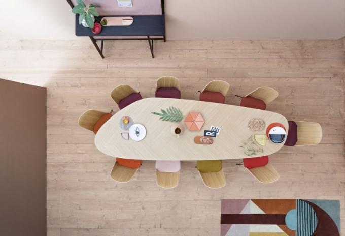 Atypický jídelní stůl Tweed, dubová nebo ořechová dýha, 300 x 100 x 74,5 cm, design Vicente Garcia a Alessandra Cumini, Zanotta, cena na dotaz, www.zanotta.it
