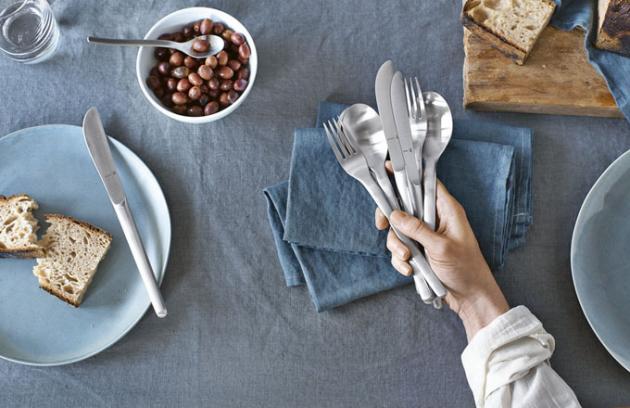 Mimořádně odolné jídelní příbory Evoque ošetřené materiálem Cromargan, nerezová ocel, vhodné do myčky, WMF, ceny: sada 66 ks 19 579 Kč, sada 30 ks 8 379 Kč, www.kuchynskenoze-nadobi.cz