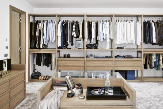 Otevřená šatna s promyšleným uspořádáním je součástí ložnice