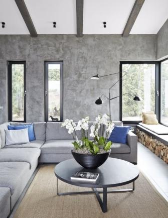 Velkoryse koncipovaný společenský prostor podporují i atraktivní nevšední okna