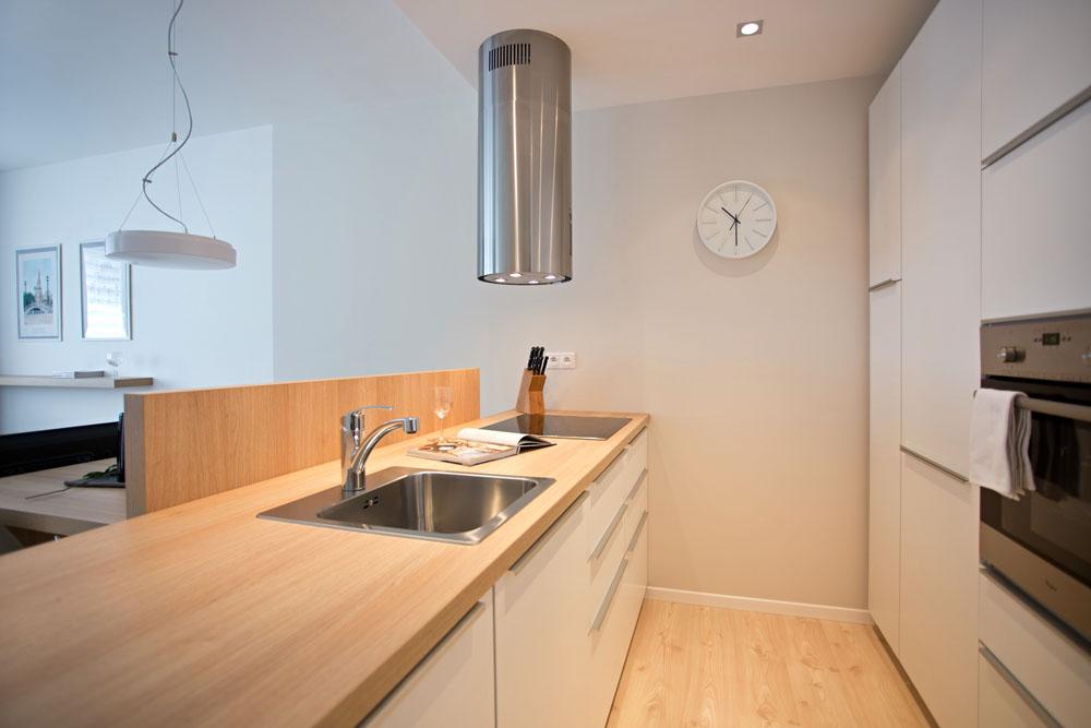 Předěl mezi kuchyní a jídelním stolem skryje nepořádek při vaření, ale opticky nebrání kontaktu kuchaře a stolujících
