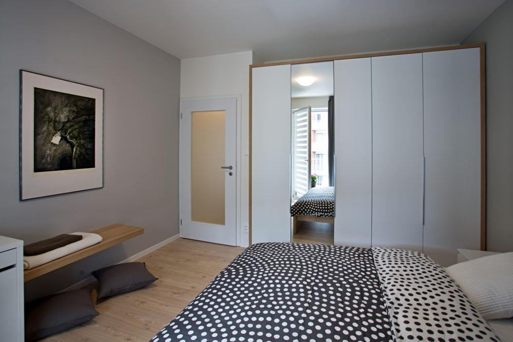 Dveře do obou pokojů jsou prosklené matným sklem. Je tak zaručeno denní světlo i v předsíni a zároveň je chráněna intimita