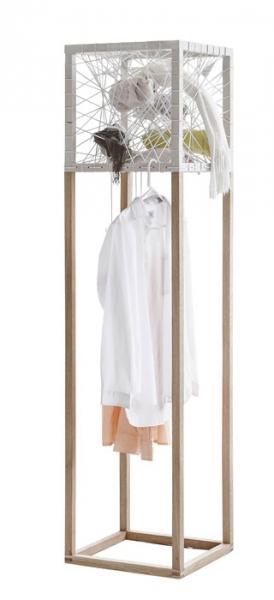 Stojanový věšák Efterar, horní část propletená elastickými lanky tvoří síť pro ukládání šál, čepic a rukavic, spodní část je určena k zavěšení kabátů, bund… Podnož je odnímatelná, dubové dřevo, ocel a elastické lanko, 47 x 47 cm, výška 190 cm, design Jiří Krejčiřík, Napadlome, cena na dotaz