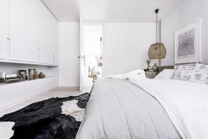 V ložnici našlo místo manželské čalouněné lůžko (Pianca). Klasické noční stolky nahradily kruhové odkládací stolky (Deconcept)