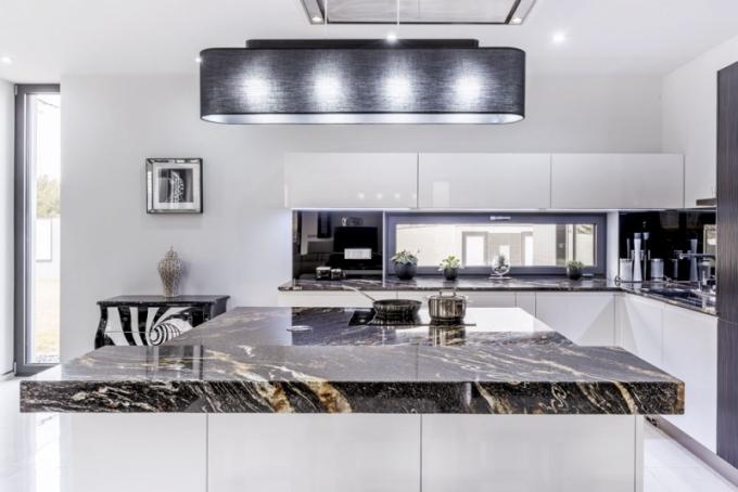 Kuchyňské řešení Pure Lesk White – Black Fusion, dýhovaná 3D dvířka Wawe Eben s profilem a žulou v provedení Black Fusion, lak leštěný lesk, bílá, Sykora, cena na dotaz, www.sykora.eu