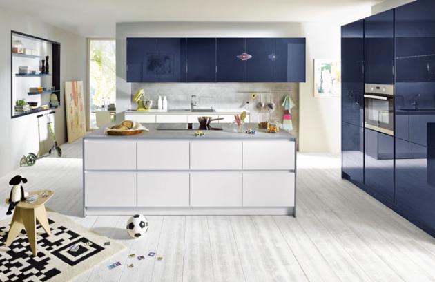 Kuchyňská sestava GlassLine G092 z kolekce Schüller C, MDF s povrchovou úpravou dvousložkovým PUR lakem v tmavě modré barvě v kombinaci s matným bezpečnostním sklem v křišťálově bílé barvě (nosič aglomerované dřevo), pracovní deska 1,6 cm, Schüller, cena na dotaz, www.schueller.de