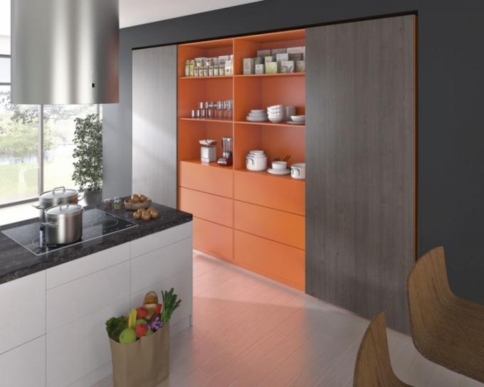 Systém posuvných dveří ze série TopLine L ve čtyřdvéřové variantě, synchronizované otevření dvou prostředních dveří usnadní komfortní přístup k velkému prostoru v kuchyni i k okolnímu interiéru, Hettich, cena dle sestavy na dotaz, www.hettich.com