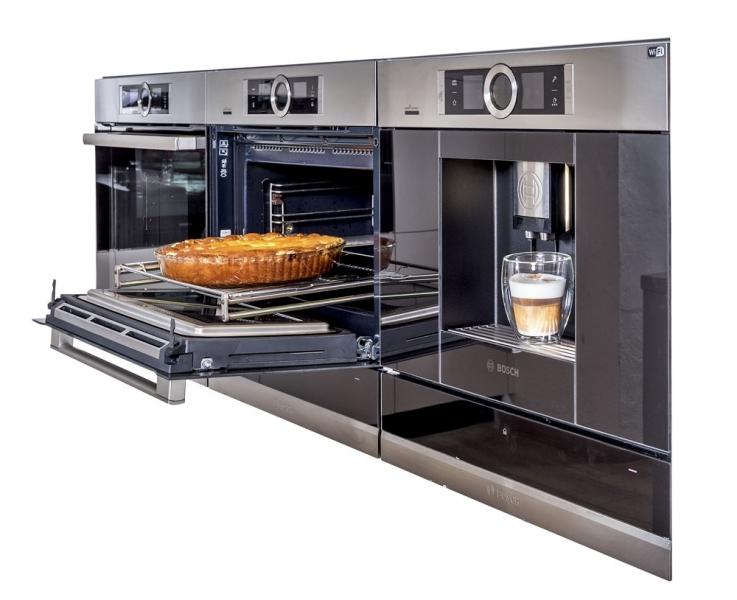 Trouby Bosch jsou nabité senzorickými technologiemi. Jednou z nich je funkce Assist, která podle zvoleného pokrmu automaticky nastaví optimální druh ohřevu, teplotu a délku přípravy. Parametry vaší oblíbené kávy stačí nadefi novat jednou. Chytrý kávovar si je uloží a kdykoli vám připraví nápoj přesně tak, jak jej máte rádi