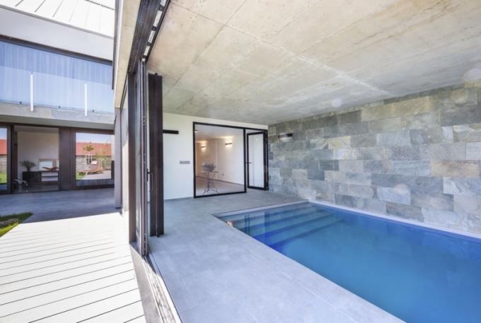 Společné chvíle rodina tráví velmi často v bazénu (11 x 3 m, s protiproudem a osvětlením), který může využívat celoročně. V létě stačí odsunout prosklenou stěnu a vstoupit do bazénu přímo ze zahrady