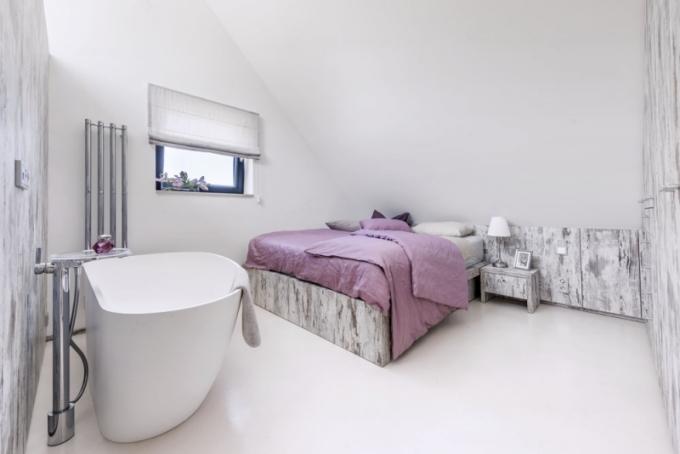 Lůžka s úložným prostorem na lůžkoviny jsou zhotovena na míru podle návrhu architekta a opatřena na zakázku vyrobenými kvalitními matracemi a lůžkovinami (Every). V ložnici paní domu kraluje volně stojící vana Granada z litého mramoru (Riho). Nábytek skrývá i klimatizační jednotku
