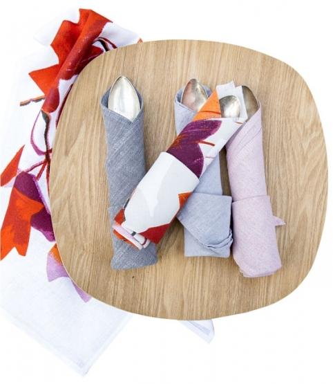 Stolní běhoun Ruusunmarja, 100 % polyester, 35 x 100 cm, více barev, Pentik, cena 459 Kč, utěrka Vaahtera, 50 % lnu a 50 % bavlny, 47 x 70 cm, Pentik, cena 299 Kč