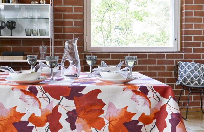 Ubrus Vaahtera s dekorem javorového listu 100 % bavlna, v barvě oranžové a žluté, 145 x 250 cm, design Minna Niskakangas, Pentik, cena 2 039 Kč, džbán Astoria, sklo, 1,25 l, Pentik, cena 1 249 Kč