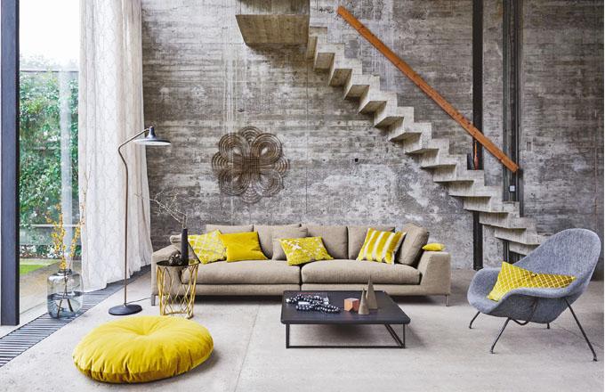 Ukázka různých vzorů na žlutých polštářích. Pokud pro svůj domov hledáte bohatý výběr kvalitních textilií, obraťte se na studio Optimal interier design, www.optimal-design.cz