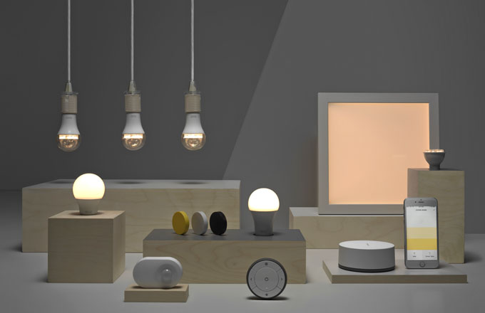 Kolekce Chytré osvětlení zahrnuje LED žárovky, dálkové ovládání, bránu a aplikaci, pohybový senzor ze série Tradfri, několik stmívačů, osvětlovací panely LED Floalt, osvětlovací dvířka LED Surte a Jormlien ke skříňkám Besta a Metod, Ikea, cena sady na stmívání 449 Kč, www.ikea.cz