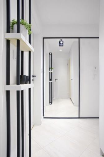 Vstupní prostor bytu opticky zvětšuje zrcadlo