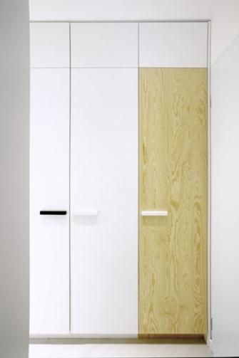 Majitel potřeboval dostatek místa na ukládání, aniž by rozlohou malý byt příliš zatížil. Optimálním řešením jsou vestavné skříně využívající prostor od podlahy ke stropu