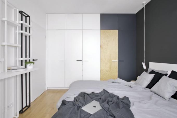 Dalším osobitým prvkem interiéru je kombinace různých dveří u šatních skříní v ložnici i předsíni. Také na míru zhotovené úchytky jsou zvoleny v bílé, černé i šedé barvě a jejich rozmístění postrádá pravidelný rytmus