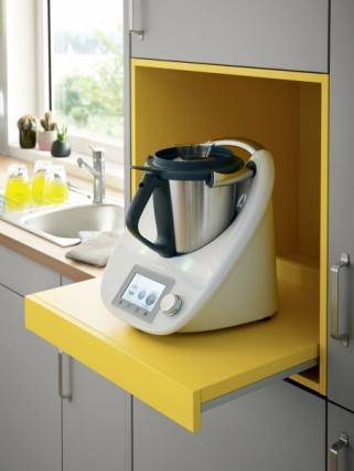 Stylový detail: barevná vrchní jednotka pro kuchyňské spotřebiče ve žlutém odstínu.
