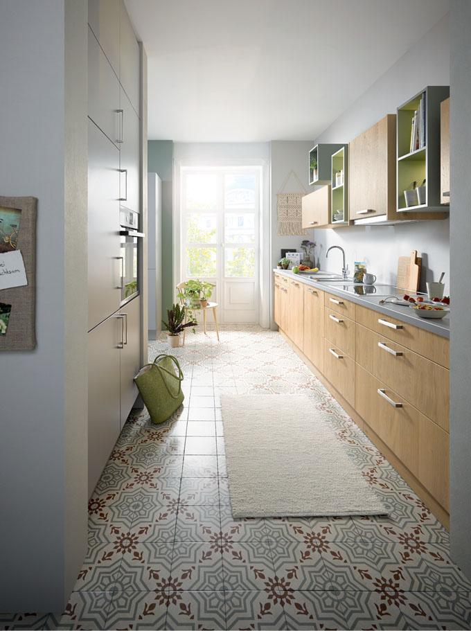 ROCCA kartáčovaný světlý dub a NOVA šedý kámen - ilustruje obě oblasti a dělá úzké kuchyňské dispozice prostornější.