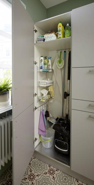 Otevřené police v měkkých pastelových odstínech odrážejí klidnou atmosféru v této kuchyni