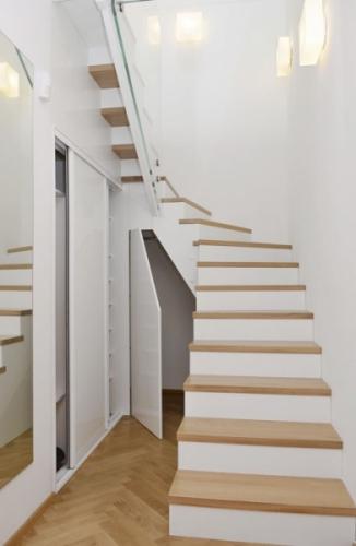 Ukázka maximálního využití volného prostoru pod schodištěm podle autorského návrhu studia JN Interiér, bílý laminát lesk, cena na dotaz, www.jninterier.cz
