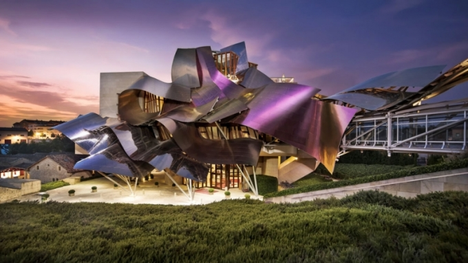 Gehry je autorem nákupních i uměleckých center, kancelářských budov, muzeí, univerzit a dokonce hokejového stadionu, toto je však jeho první hotel