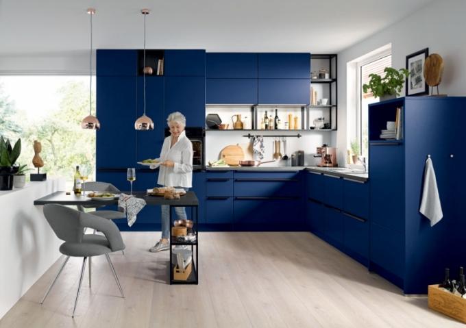 Nová modrá: SIENA odhaluje svěží a veselé charisma. Přichází v intenzivních odstínech, jak je patrné na tomto příkladu, temná modrá aqua přitahuje pozornost a současně vyzařuje klid.
