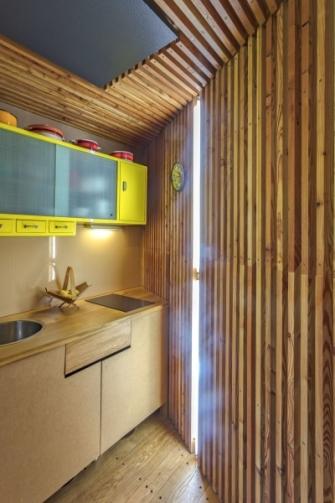 Nábytek v kuchyni je vyrobený truhlářem na míru. Horní nástěnná skříňka je původní kousek z 50. let, výrazně ji oživila žlutá barva