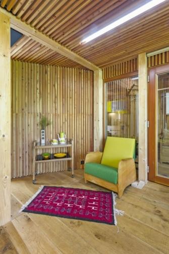 Přírodní barvy dřeva oživují odstíny zelené a žluté