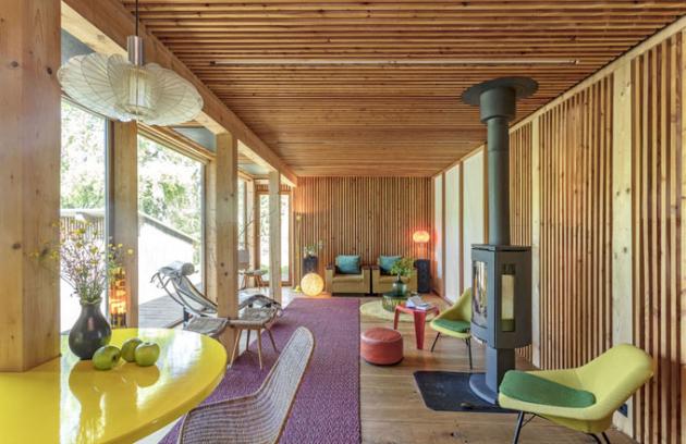 Interiéru dominuje dřevo – dubová prkna na podlaze, modřínové latě na stěnách i stropě a sklo v podobě výplní dveří a velkorysých oken, díky nimž dům působí prostorně a vzdušně