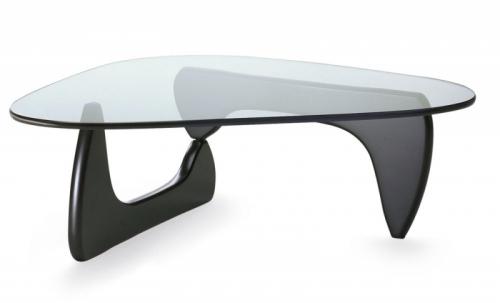 Noguchi Table je dostupný se základnou ze čtyř různých druhů dřeva, 127 x 92 x 40 cm, Vitra, cena od 55 000 Kč, www.vitra.com