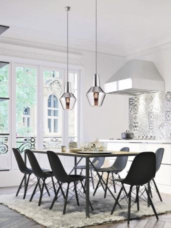 Jídelní stůl osvětluje Romeo, obývací pokoj krášlí Giulietta.. Obě svítidla zdobí struktura balloton, kterou designér Federico de Majo využil také u kolekce nápojového skla, Zafferano, cena od 5 990 Kč