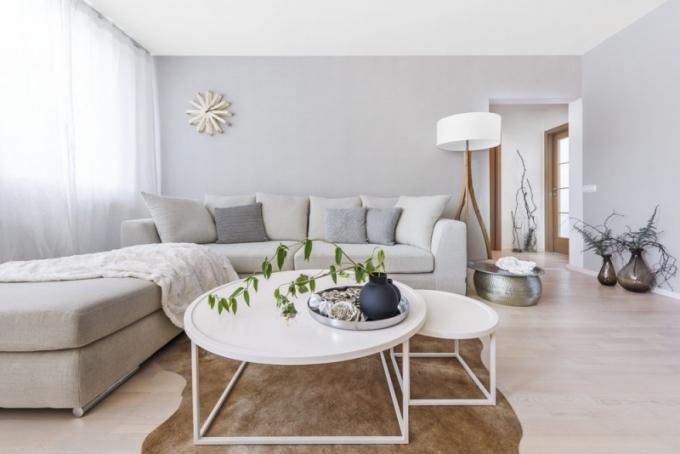 Sedací souprava Pablo (Casamoderna) umožňuje nejen pohodlné posezení, ale i případné nocování hostů, přestože není rozkládací. Své výsadní postavení tu našla i stojací lampa s masivní podnoží a textilním širmem (Claro)