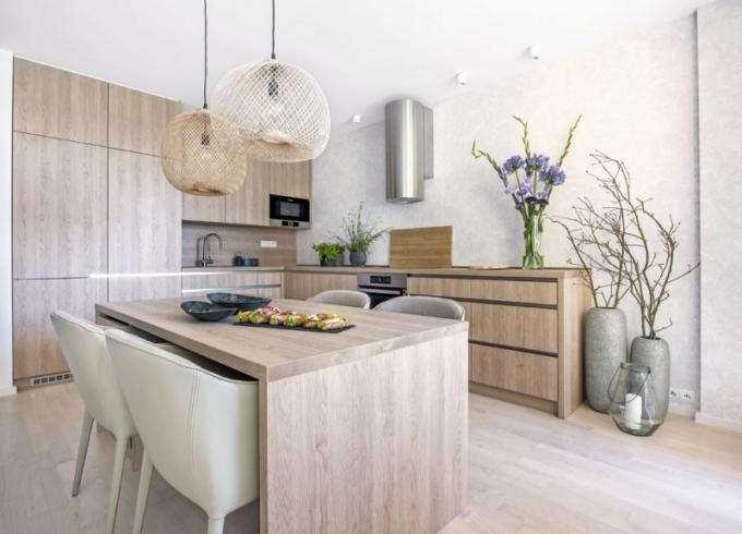 Kuchyňská sestava nábytku (Egger) je vyrobená na míru podle autorského návrhu designérky z reliéfního lamina v barvě pískového dubu. Pracovní deska je vzhledově ve shodném odstínu pískového dubu, je ovšem speciálně upravená do nezbytné kvality