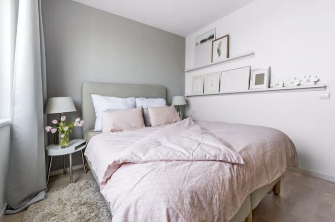 Pohodlnou postel (Ikea) s čalouněným čelem doplňují po stranách kulaté stolky s dekorativními lampami (XXXLutz). Prostředí zútulňují bíle lakovaný bambusový žebřík, koše a úzké poličky s obrázky