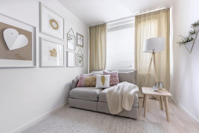 Příliv ženské energie je patrný především v relaxačním pokoji, který díky něžné růžové barvě působí velmi jemně a slouží hlavně majitelce, ale i případným návštěvám k přespání na rozkládací pohovce (Ikea). Podlahu kryje vlněný koberec a na zdi se skvěle vyjímá šedivá tapeta s jemným reliéfem. Polštáře, deka i zlaté svícny nesou značku HM Home