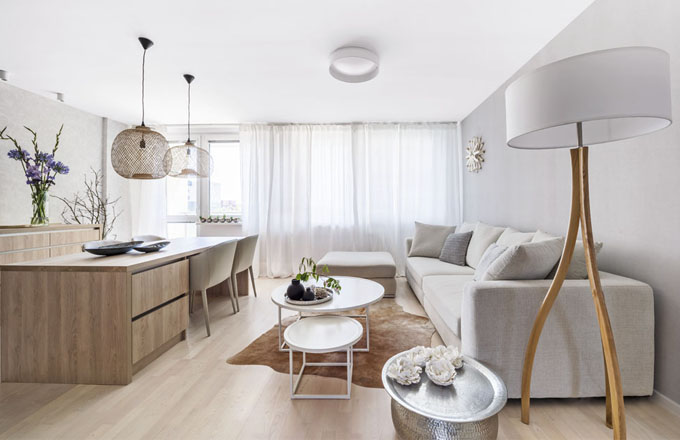Atypický jídelní stůl (160 x 200 cm) je vyrobený z lamina podle autorského návrhu designérky Markéty Fleischnerové a vybavený praktickými zásuvkami. Doplňují ho závěsná svítidla (Deconcept) a čtyři pohodlné kožené židle (Casamoderna). Konferenční stolky jsou zhotovené na míru podle návrhu designérky z bíle lakovaného kovu a MDF desky. Odkládací stolek nabízí další úložný prostor. Je vytvořen z tepaného plechového květináče překrytého plechovým tácem