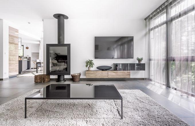 Volba přírodních materiálů, zemitých tónů a černých prvků, která je dodržena v celém interiéru, prozrazuje, že v této domácnosti vládne mužský element
