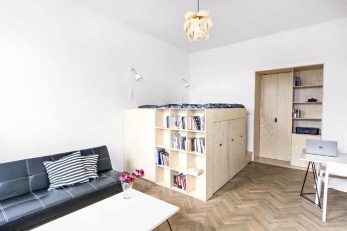 Malým bytům prospívá otevřená a vzdušná dispozice. Potřebujete-li ji členit, vsaďte na variabilní řešení, které zde reprezentuje posuvná stěna s pergamenovými výplněmi. Stěna může kdykoli zmizet v pouzdře ve zdi. Při roztažení pergamen krásně propouští světlo