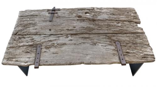 """""""Vnímavější zákazník cítí rozdíl mezi masovou produkcí a importem nábytku z Indonésie a dřevem z evropských krajin. Tento stůl T09 Capra (VBD) je repasovaný ze dveří kozího chlívku, které jsem objevil při toulkách Toskánskem. Je to kus kvalitního masivního kaštanového dřeva, které jsem opracoval a vdechl mu druhý život,"""" popisuje designér. Podnož stolu je z přírodní oceli, má rozměr 120 x 70 x 45 cm a je k dostání za 45 000 Kč"""