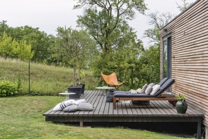 Západně orientovaná terasa zve k odpočinku na sluníčku. Příjemně tu můžete spočinout v koženém křesle Butterfly pod olivovníky