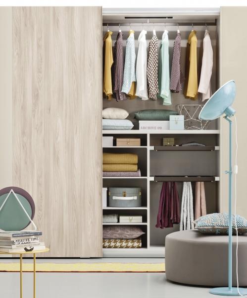 Šatní skříň Offset, posuvné dveře jsou vhodné i do menšího prostoru, dostupná jako volně stojící i vestavěná varianta, Novamobili, cena od 20 820 Kč, www.casamoderna.cz