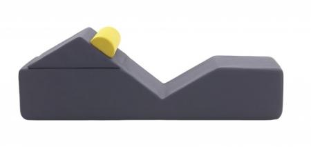 """Ikoi znamená v japonštině """"odpočinek"""" a stejnojmenná měkká lavice ho dokáže poskytnout různými způsoby, jednoduchým otočení trojúhelníkového dílu o 180 ° ji lze proměnit z lůžka na chaise longue, design Sakura Adachi, Campeggi, cena na dotaz, www.campeggisrl.it"""