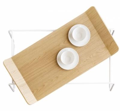 Filo poslouží jako servírovací nebo odkládací stolek, vrchní tác je odnímatelný od kovové základny, 82 x 43 x 44 cm, Calligaris, cena 11 288 Kč, www.correctinterior.cz