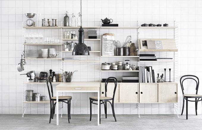 Policový systém String navrhl již v roce 1949 švédský designér Nils Strinning a díky jeho minimalistickému vzhledu a maximální praktičnosti je oblíbený dodnes, umožňuje vytvořit sestavu s otevřenými i uzavřenými policemi, vestavěným pracovním nebo jídelním stolem atp. String, cena jednoho modulu se třemi otevřenými policemi a dvěma bočnicemi o rozměru 50 x 60 x 15 cm je od 4 199 Kč, www.string.se