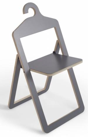 Židli Hanger lze jednoduše zavěsit na stěnu nebo na šatní tyč a využít jako ramínko na šaty, design Philippe Malouin, Umbra Shift, cena 6 770 Kč, www.umbrashift.com