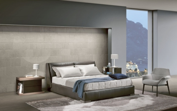 Čalouněná postel Fenice s úložným prostorem, dva různé systémy zvedání lůžka, textilie i kůže, víc barev, design Bernhard & Vela, Natuzzi, cena od 69 220 Kč, www.natuzzi.cz