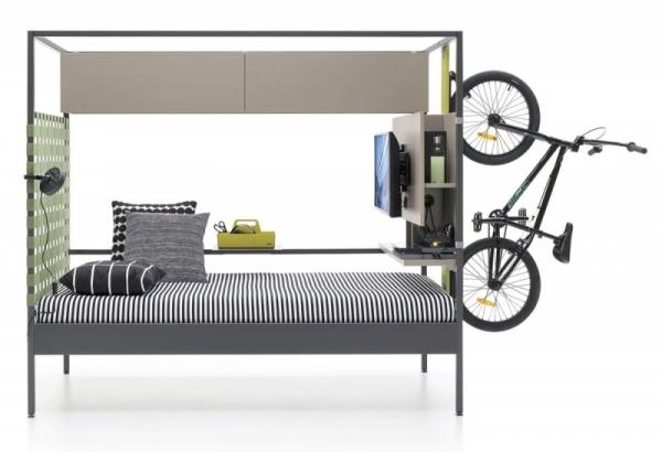 Multifunkční postel Nook 22 z kolekce Nook s integrovanými skříňkami a držákem na kolo, kovový rám, elastický popruh, design Carlos Tiscar, JJP Muebles, cena na dotaz, www.nookbed.com