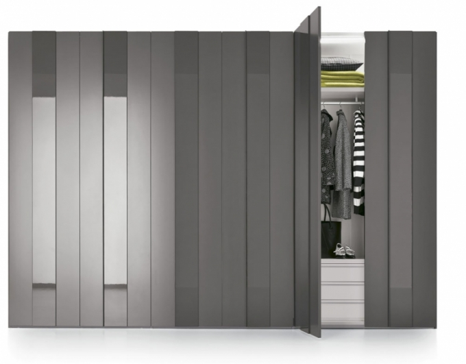 Šatní skříň Plissé s plastickými dveřmi, lak v matu i lesku a fólie v dekoru dřeva, víc rozměrů, Novamobili, cena od 59 400 Kč, www.casamoderna.cz